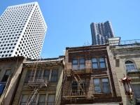 Kontrast alte und neue Häuser in Chinatown