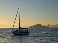 Segelboot im Sonnenuntergang bei Fishermans Wharf