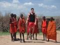 Samuel springt mit den Massais