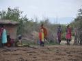 Menschen im Massai Dorf