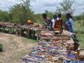 Massai verkaufen Souvenirs an Touristen im Dorf