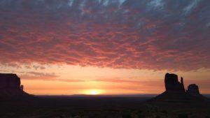 Sonnenaufgang im Monument Valley von The View Cabin, unserer Unterkunft, aus gesehen